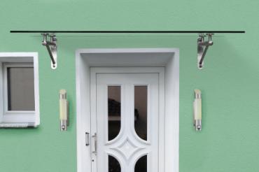 Glas Vordach mit Rohrträgern