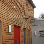 Glasdach an Holz-Fassade