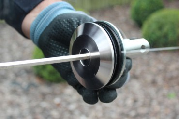 Glashalter wird festgeschraubt