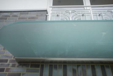 abgerundete Ecken für Glasvordach mit satiniertem Glas
