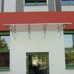 Glas Vordach mit Edelstahl-Rohrträgern
