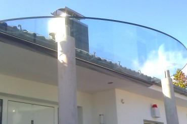 Glasvordach in Halbkreisform
