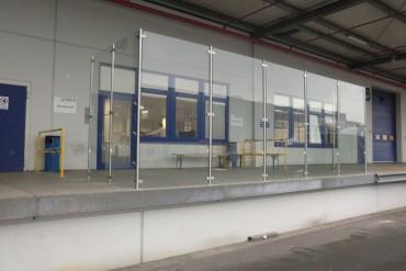 Rampe mit Glas-Windschutz verkleidet - dient als Raucherzone für Mitarbeiter