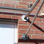 Vordach Bajo wird an der Hauswand abgedichtet