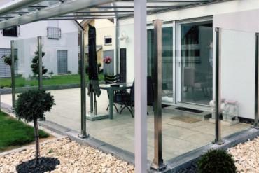 Windschutz mit Klarglas für die Terrasse