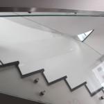 Glasgeländer im Treppenhaus mit Punktum Haltern