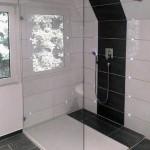 Festteil auf Duschtasse montiert