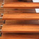 Klarglasbrüstung an Holztreppe
