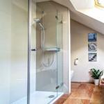 Glas-Duschabtrennung auf Duschtasse montiert