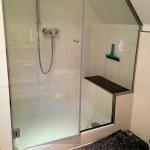 Nischen-Duschabtrennung mit 1 Glastür und 1 Festteil und Schrägschnitt