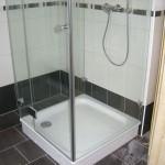 U-Form-Dusche auf Duschwanne montiert