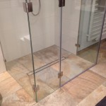 bodeneben eingebaute U-Dusche