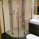 5-Eck-Dusche mit bodenebenem Einbau