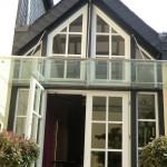 Großzügiges Glasvordach mit geteilten Glasscheiben