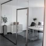 Anwendungsbeispiel PGW Glastrennwand mit eingebauter Tür