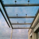 Glasdach auf dem Balkon schützt vor Niederschlag