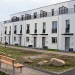 Reihenhaus-Siedlung mit gleicher Vordach-Serie Cesto