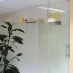 2-teilige Raumtrennwand mit satiniertem Glas