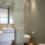 raumhohe Glastrennwand zwischen WC und Waschtisch