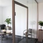 Glastrennwad mit eingebauter Tür