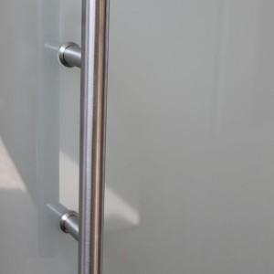 beidseitiger Griff in Glastür eingebaut