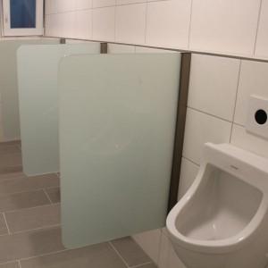blickdichtes Glas bei der Urinal-Trennwand sorgt für Intimschutz