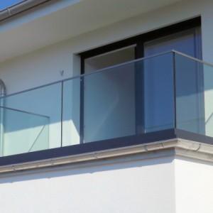 Glasbrüstung für den Balkon B00485