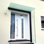 Vordach mit integriertem Seitenwindschutz