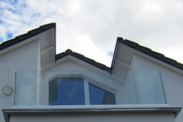 Dachterrassen-Ballustrade mit aufgesetztem Bodenprofil Serrato