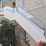 Glas Geländer mit Klemmleiste am Boden montiert