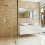 barrierefreie Walk-in-Dusche mit einem Festteil rechts