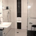 barrierefreie Dusche in Ecke eingebaut